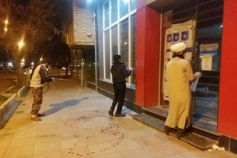 طلاب جهادی سنقر در حال ضدعفونی شبانه معابر شهری