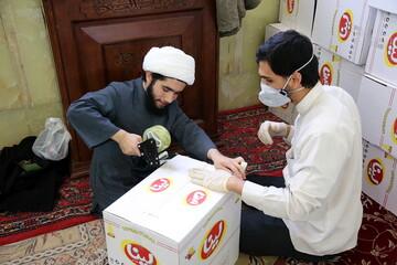 تصاویر/ بستهبندی اقلام مورد نیاز نیازمندان توسط گروههای جهادی طلاب