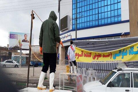 طلاب جهادی اسلام آباد غرب در حال ضدعفونی وسایل حمل ونقل عمومی