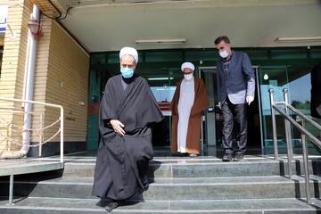 اهدای سه هزار و ۵۰۰ لباس و عینک مخصوص کادر درمانی از سوی آیت الله اعرافی به علوم پزشکی قم