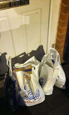 مسجد بیرمنگام کیسه های مهربانی به درب خانه نیازمندان می برد