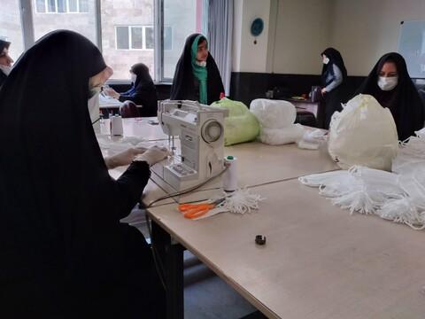کارگاه خیاطی طلاب مدرسه علمیه الزهرا(س) تبریز در حال تولید ماسک مورد نیاز مردم