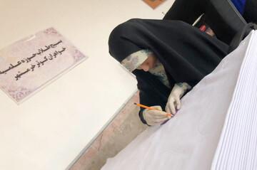تولید البسه یکبارمصرف بیمارستانی و توزیع دهها بسته معیشتی از سوی بانوان خرمشهری