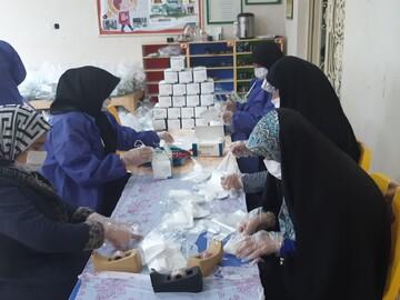 تصاویر/ بسته بندی اقلام بهداشتی و ضدعفونی توسط بانوان جهادگر کاشانی