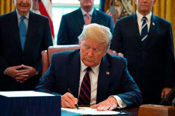 ترامپ بسته نجات آمریکا را امضا کرد