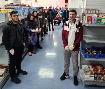 صدها داوطلب مسجدی در بریتانیا به یاری همسایگان شتافتند