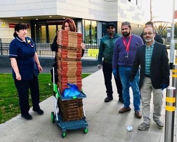 قدردانی مسلمانان از کادر درمانی تورنتو با پیتزا