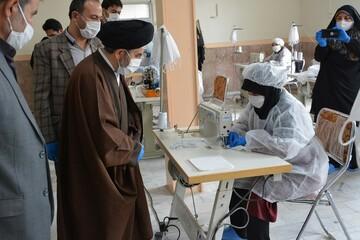 بالصور/ ممثل الولي الفقيه في محافظة أذربيجان الغربية يتفقد ورشة صناعة الكمامات والملابس الصحية في مدينة أرومية