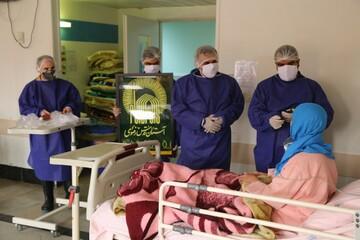 توزیع غذای متبرک رضوی در بیمارستان کوثر سمنان