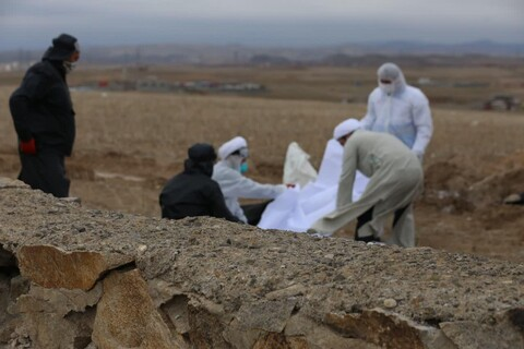 تصاویر / طلاب جهادی مدرسه علمیه امام صادق(ع )اهر در حال کفن و دفن اموات کرونایی