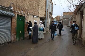 تصاویر / توزیع بستههای بهداشتی توسط قرارگاه جهادی مدرسه علمیه امام صادق(ع) اهر