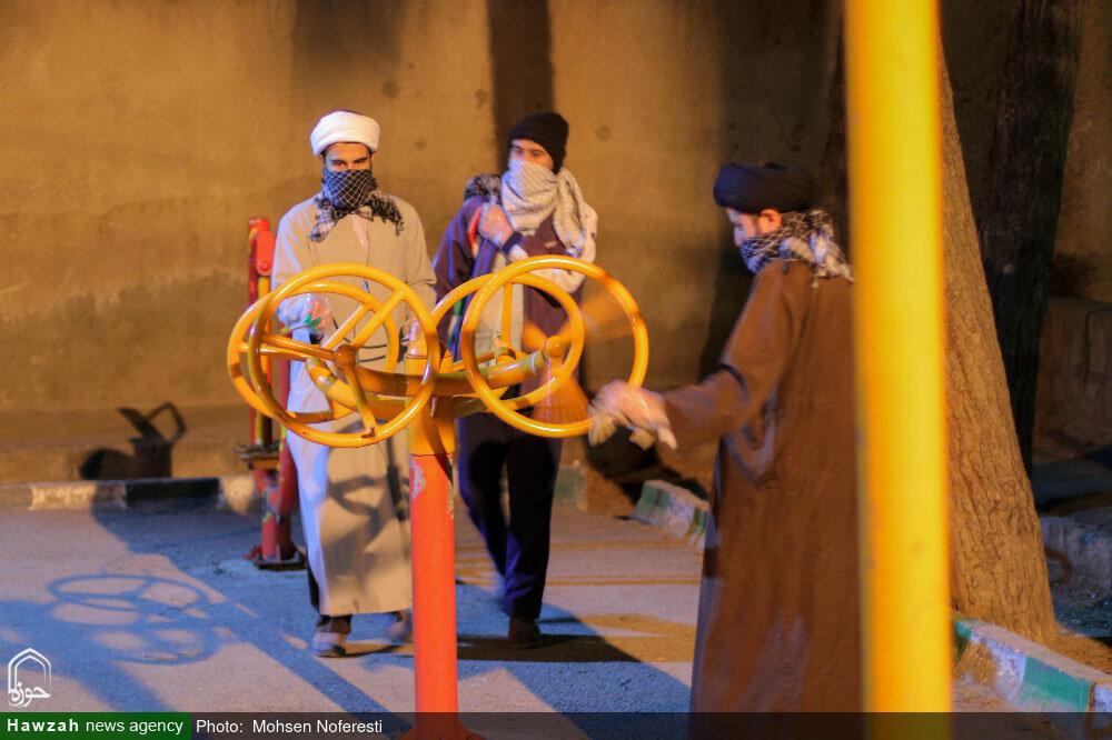 تصاویر/ ضدعفوی معابر بیرجند توسط طلاب جهادی مدرسه علمیه امام حسن مجتبی(ع)
