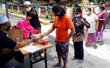 مسجدی در مالزی مایحتاج نیازمندان را توزیع میکند
