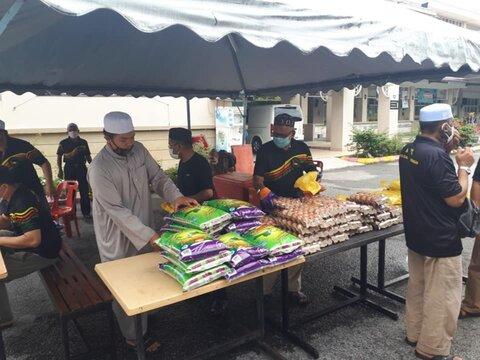توزیع مایهتاج زندگی میان نیازمندان در مسجد مالزی