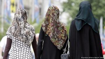گریه زن مسلمان در آمریکا به خاطر کشف حجاب اجباری