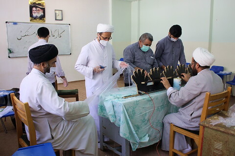 تصاویر/ کارگاه تولید دستکش در مدرسه علمیه امام مهدی موعود(عج)