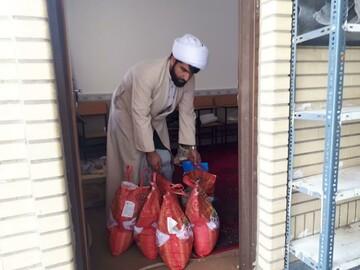 تصاویر/ توزیع بسته های حمایتی و بهداشتی توسط طلاب جهادی مدرسه علمیه امام صادق (ع) بیجار