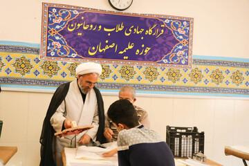 تصاویر/ کارگاه تولید دستکش، ماسک و لباس پزشکی توسط قرارگاه جهادی طلاب اصفهان
