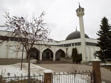 حضور فیلمبردار مزاحم در مسجد ادمونتون کانادا