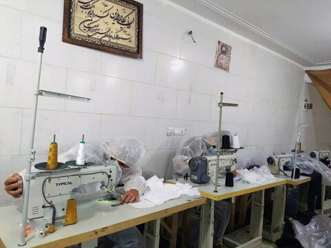 بالصور/ مدير حوزة محافظة كردستان يتفقد ورشة صناعة الكمامات لمدرسة الإمام الصادق (ع) العلمية بمدينة قروة الإيرانية