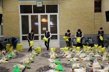 تصاویر/ بستهبندی اقلام غذایی اهدایی هیئت خادم الرضا (ع) به نیازمندان