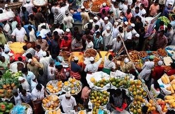جشنواره رمضان در بنگلادش، همراه با قرائت قرآن و سفرههای رنگین