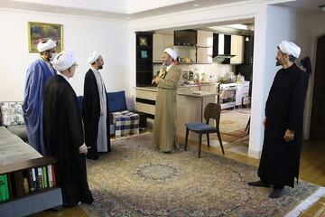 تصاویر/ حضور نمایندگان رئیس قوه قضائیه و مدیر حوزه های علمیه در منزل مرحوم خانم داودی