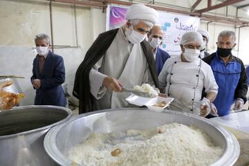 تصاویر/ توزیع روزانه هزار پرس غذای گرم به نیازمندان در قزوین