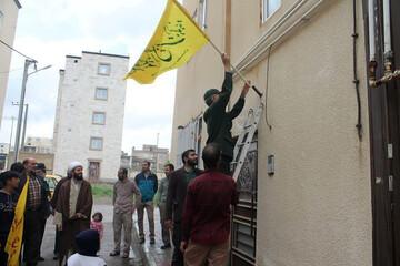 تصاویر/  نصب  ۱۲۰۰ پرچم با طرح «السلام علیکم یا اهل بیت النبوه» در مریانج