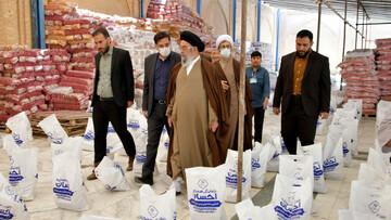 تصاویر / بازدید امام جمعه اصفهان از توزیع ۳۵ هزار بسته معیشتی