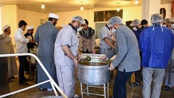 طبخ و توزیع روزانه هزار و ۸۰۰ پرس غذا بین نیازمندان  قم توسط طلاب جهادی