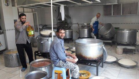 آماده سازی غذای گرم حوزه علمیه با طرح کمک مومنانه در کرمانشاه