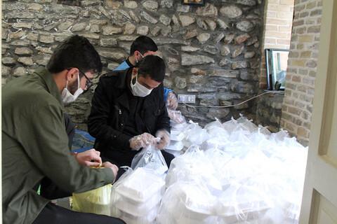 تصاویر /  توزیع غذلی نذری در بین نیازمندان توسط طلاب قرارگاه گروههای جهادی حوزه علمیه همدان