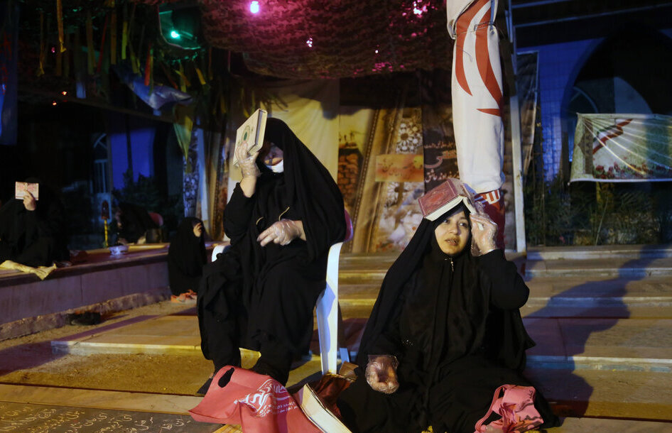 فیلم/ گوشههایی از حال مناجاتخوانی و احیای مردم در گلزار شهدای اهواز
