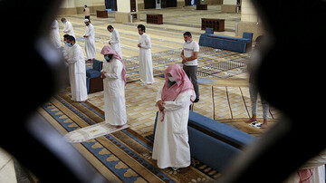 Saudi mosques reopen for prayers after closure