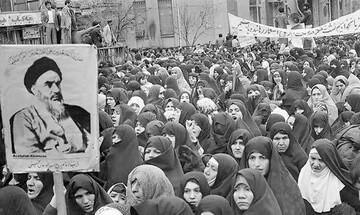 نقش بانوان در انقلاب کمتر از مردان نیست