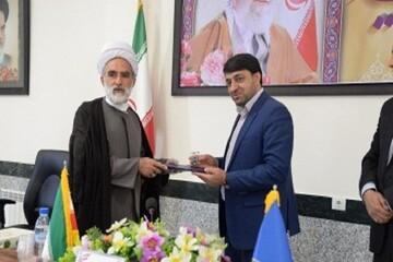 اهدای انگشتر مقام معظم رهبری به مدیرکل امداد فارس