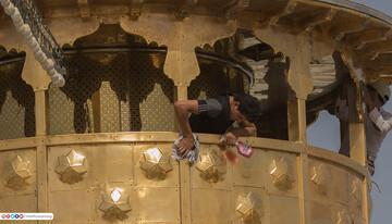 بالصور/ شاهد كيف تتم عملية جلي وتنظيف منائر مرقد الامام الحسين (ع)