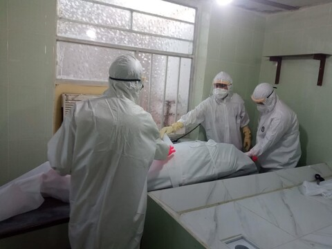 طلاب جهادی اندیمشک پای کار تغسیل و تدفین اموات کرونایی