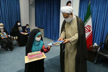 دیدار دختران شهدای مدافع حرم با امام جمعه قزوین + عکس