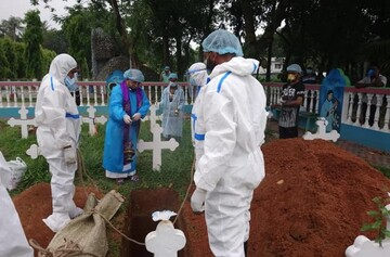 Muslim volunteers bury Christians who died from the coronavirus