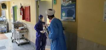 اهدای گل طلاب جهادی به کادر درمانی بیمارستان شهدای خلیح فارس