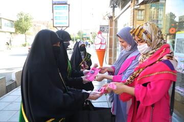تصاویر/ اهدای شاخه گل توسط خادمیاران رضوی به بانوان قمی بمناسبت هفته عفاف و حجاب