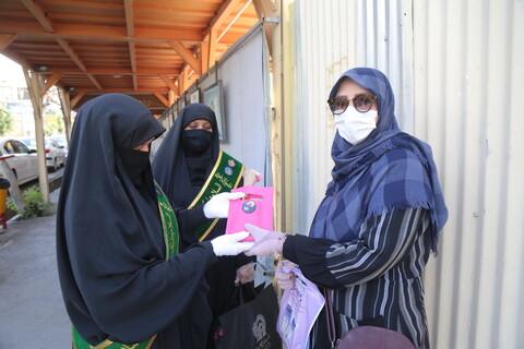 اهدای شاخه گل توسط خادمیاران رضوی به بانوان قمی بمناسبت هفته عفاف و حجاب