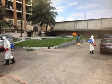 ضدعفونی کردن معابر شهری توسط انجمن شیعیان کشور ساحل عاج+تصاویر
