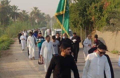 مداحان و رؤسای هیئت های حسینی از نجف تا کربلا پیاده روی می کنند