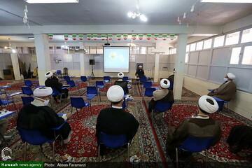بالصور/ إقامة ندوة لأساتذة مدرسة المهدي الموعود (عج) العلمية بقم المقدسة