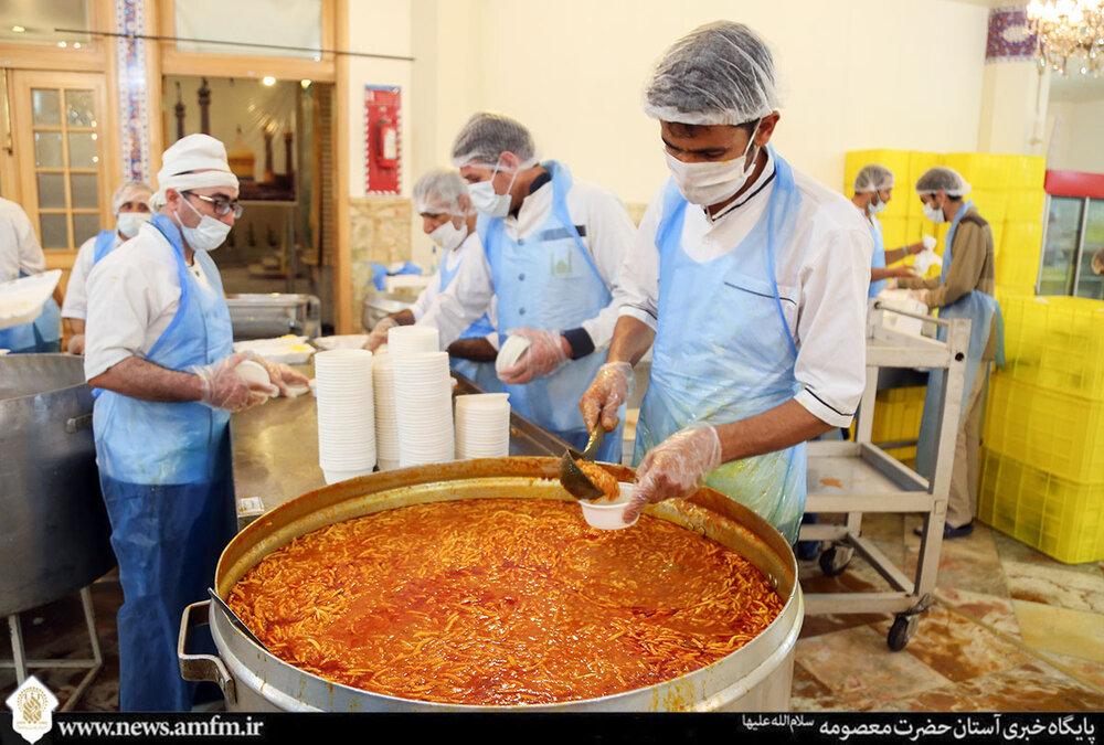 طبخ و توزیع روزانه ۶ هزار پرس غذای مهمانسرای حضرت معصومه(س) میان نیازمندان