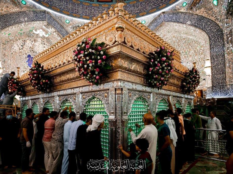 بالصور/ باقات الورود تزيّن الشباك الطاهر لأمير المؤمنين (عليه السلام) والصحن العلوي استعدادا ليوم عيد الغدير الأغر