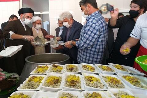 تصاویر/ پخت و توزیع ۲ هزار پرس غذای گرم در  مدرسه علمیه امام علی (ع) شهرستان سلماس
